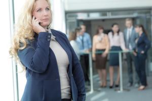 Nachdenkliche Chefin mit Telefon